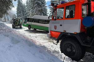 Profesionální hasiči během čtvrtečního dopoledne 18. března linkové autobusy v souvislosti se sněhem či námrazou. Zásah v Krásné.