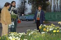 Lidé se rozhodují, jaké květiny, které poté dali jako vzpomínku na hrob.
