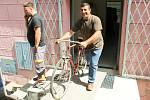 Kromě oblečení veze kamion na Ukrajinu také starší kola či školní lavice.