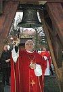 Jako vzpomínka na ty, kteří položili svůj život při práci v podzemí, má sloužit nová zvonička u kostela v centru Doubravy, které v pátek odpoledne požehnal biskup František Václav Lobkowicz.