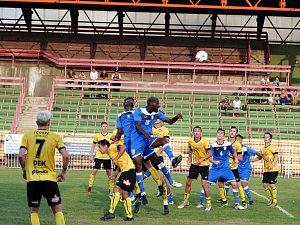 Havířovští fotbalisté podlehli doma Petřkovicím (ve žlutém).