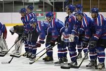 Je to doma! Orlovští hokejisté se radují ze záchrany v soutěži.