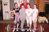 Juniorky Suché, zleva Markéta Bijoková, Dagmar Barnošáková, Nikola Satmaryová a Sabina Grygerková s trenérem Pavlem Khekem.