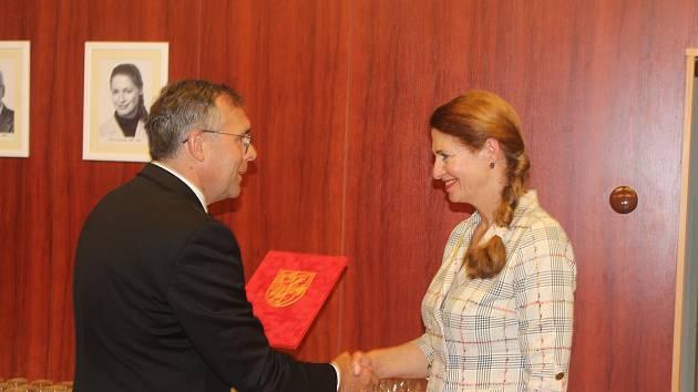 Náměstek primátora Andrzej Bizoń předává Pamětní list Rady města končící ředitelce školy Ivě Sandri.