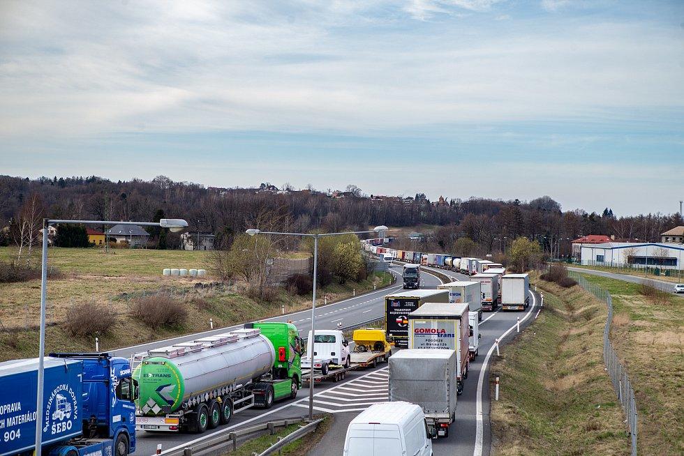 Kolona kamionů na hraničním přechodu mezi Českou republikou a Polskem. Ilustrační foto.