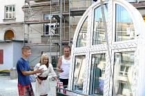 Ředitelka školy Vanda Palowská si prohlíží nová okna.