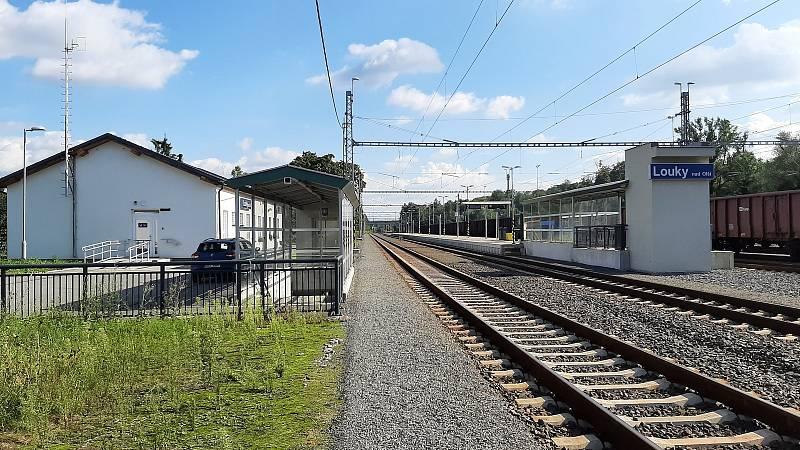 Karviná-Louky. Z původní obce zbylo torzo poté, co její velká část padla v 80. letech za oběť těžbě uhlí. Vlaková stanice.