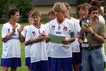 Žáci Albrechtic zvítězili v turnaji Euroregionu. Trenér Śmiga (vpravo) třímá v rukou pohár pro vítěze.