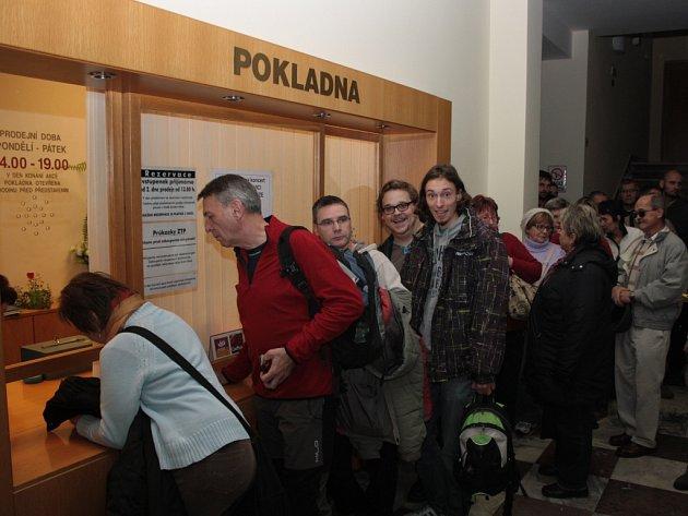 Čekání na vstupenky na koncert Jaromíra Nohavici.