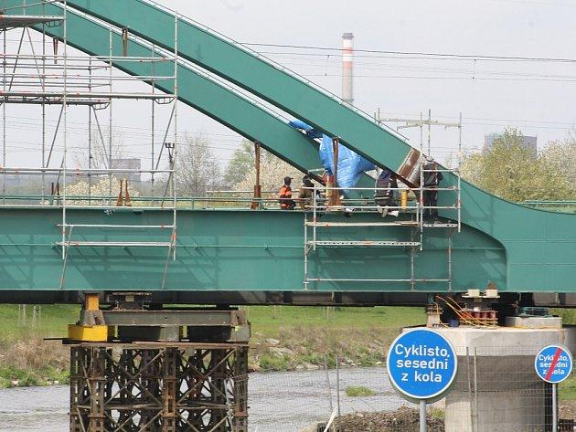 Oprava železničního mostu přes Olši v Karviné-Lipinách.