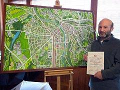 Miroslav Kapsdorfer před malovanou mapou.