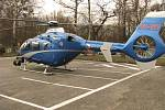 Policisté k pátrání po pohřešovaných osobách používají vrtulník s termokamerou. Na snímku je v Těrlicku.