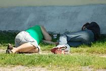 Radní v Českém Těšíně chtějí podobným obrázkům v ulicích města zabránit vyhláškou potírající veřejné pití alkoholu.