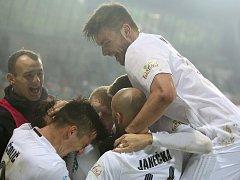 Karvinští fotbalisté (v bílém) se radují. Porazili Bohemians 1:0.
