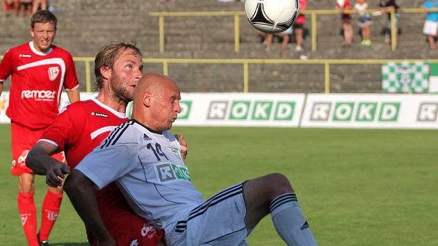 Řízný útočník Aleš Besta (v bílém) nechodí pro ránu daleko, o čemž se přesvědčil i jeho spoluhráč Lukáš Paleček.