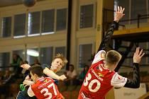 David Růža (v tmavém) a jeho spoluhráči dosáhli na obrat proti Zubří.