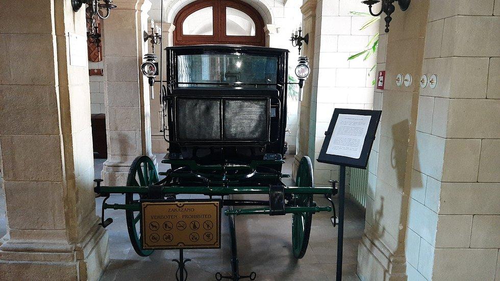 Kočár z přelomu 19. a 20. století, který mezi exponáty v Zámku Fryštát se po renovaci vrátil na své místo ve vstupní hale zámku.