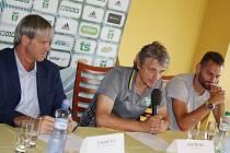 Manažer Karviné Lubomír Vlk, trenér Jozef Weber a kapitán mužstva Pavel Eismann (zleva) na středeční tiskovce k zahájení nejvyšší soutěže ve fotbale.