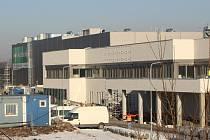 Továrna Mölnlycke Health Care v Havířově v době těsně před dokončením stavby.