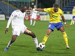 Francouzi v akci. Karvinský Soufiane Dramé (v bílém) a zlínský Jean-David Beauguel bojují o míč v sobotním ligovém utkání.
