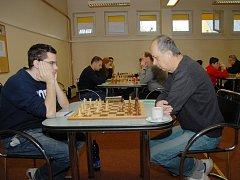 Petr Poloch (vpravo) v posledním mistrovském utkání zvítězil nad Matějem Kuchařem. Tento karvinský hráč ze sedmi střetnutí šestkrát vyhrál a jednou remizoval, což je velký úspěch.