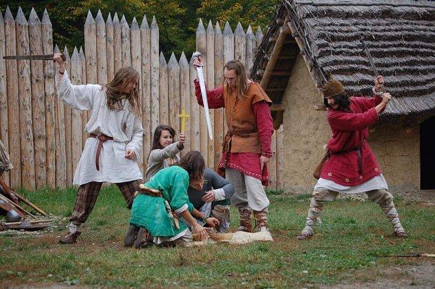 V Archeoparku v Chotěbuzi se představí i skupina historického šermu Tizon.