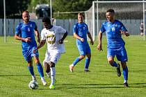 Fotbalisté Havířova (na snímku v modrých dresech v duelu z minulé sezony v Dětmarovicích) v úvodu nového ročníku divize F doma remizovali se silným Frenštátem 3:3.