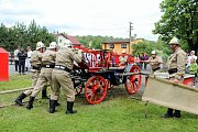 """V rámci závodu se museli hasiči poprat s fyzicky náročnou obsluhou stříkačky i s """"půllitrem"""" v místní hospůdce."""