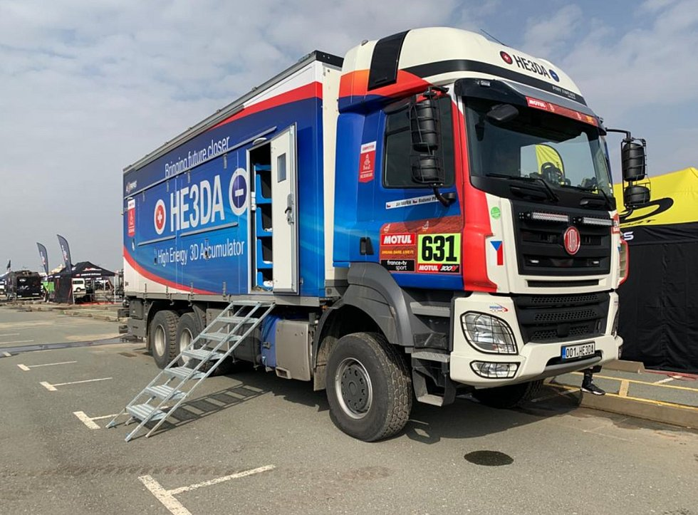 Kamion HE3DA jede letošní Dakar jako doprovodný vůz. Vybavení vozu funguje na baterie, které výrobce testuje přímo při závodě.