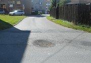 Propadlá silnice se objevila v karvinské ulici Stavbařů.