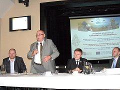 Václav Laštůvka (s mikrofonem) tvrdí, že největší rezervy při přeshraniční spolupráci jsou v územním plánování, zaměstnanosti a podnikání.