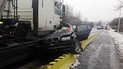Smrtelná nehoda na Vodní ulici v Havířově. Osmnáctiletý řidič BMW nezvládl zatáčku a po srážce s kamionem zemřel.