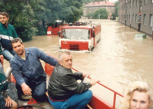 Hlavním dopravním prostředkem v bohumínských ulicích zaplavených do výše jednoho a půl metru byla vojenská a hasičská technika.