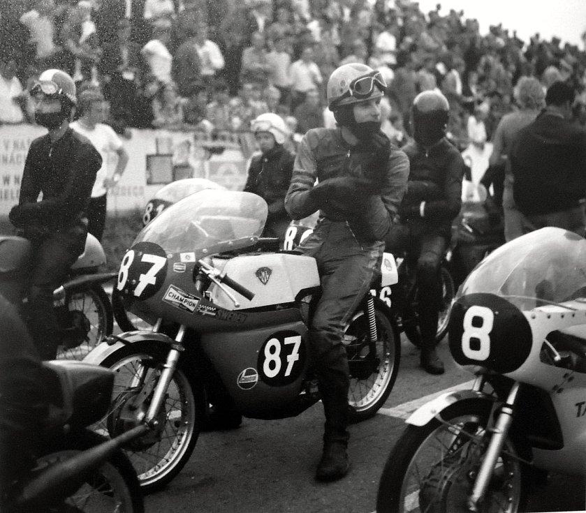 Před startem závodu o Zlatý kahanec kolem roku 1974.