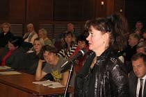 Ředitelka MKS Havířov Yvona Dlábková při jednání zastupitelstva.