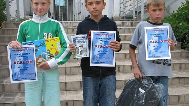 Na fotografii jsou vítězové kategorie běžců od 10 do 12 let. Své ceny ukazují (zleva) vítězka Zuzana Jelínková, Tibor Berky a Jakub Ježíšek.