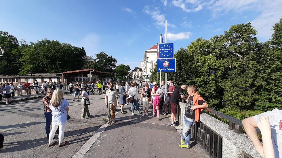 V Těšíně na hraničním mostě se setkali lidé v rámci Tichého protestu za otevření hranice.