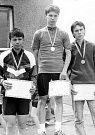 Uprostřed Martin Nezhoda, vítěz krajského přeboru starších dorostenců v Lošticích (1986).