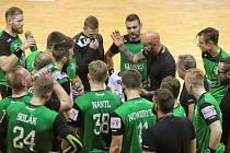 Michal Brůna (v černém uprostřed) bude dál udílet pokyny karvinským hráčům. Už jako prezident klubu.