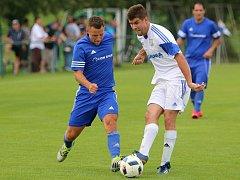 Jan Urban (v bílém) se o víkendu trefil a pomohl k výhře Lokomotivy.