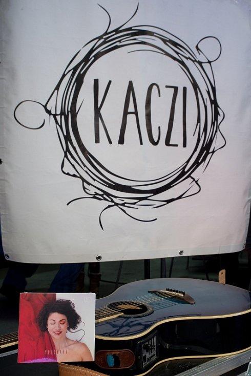 Písničkářka Kaczi odehrála koncertní set z výlohy karvinského podniku Slivkafé. Karviná, 17. února 2021.