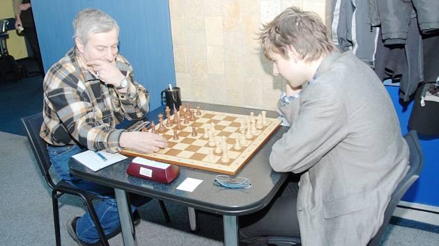 Josef Lys (vlevo) zvítězil v posledním kole s Litovlí nad Vladimírem Bělunkem a má zásluhu na tom, že Karviná zůstává v extralize.