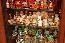 Sbírka parfémů, která čítá téměř sto čtyřicet kousků.