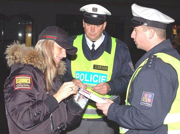 Řidička na snímku je jedna z těch, kteří obdrželi od policistů dárek od BESIP.