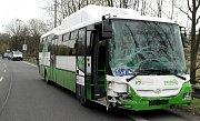 Následky srážky osobního automobilu s autobusem v Karviné.