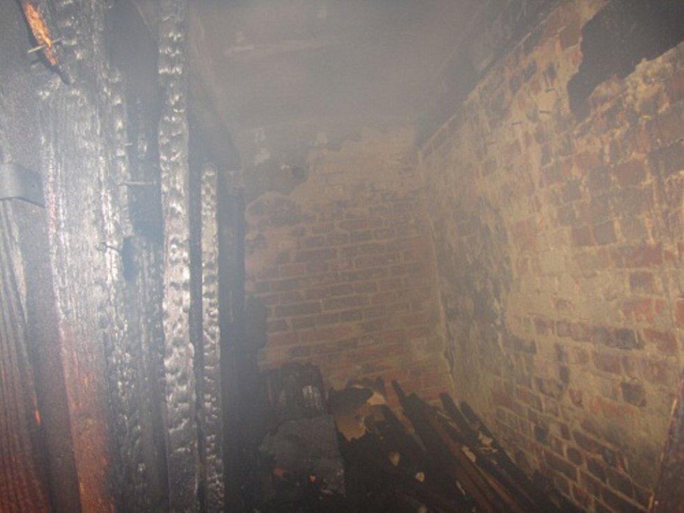Zásah hasičů při požáru v karvinském domě.