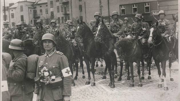 Vojáci wehrmachtu na náměstí v Českém Těšíně v roce 1944