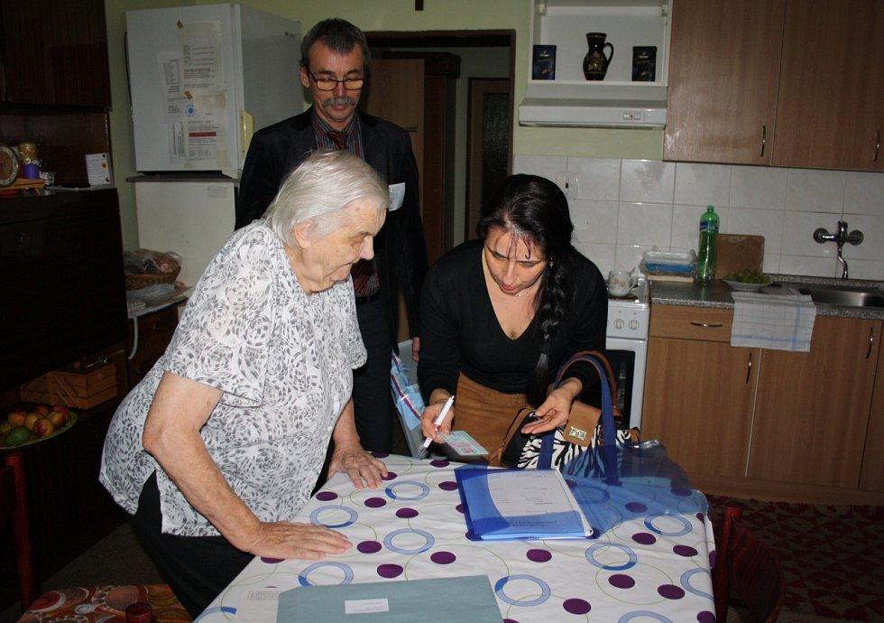 První koho stonavští volební komisaři navštívili při volbách doma byla v pátek paní Zofia Wawrzyczková.