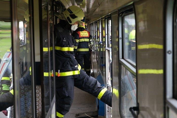 Vždy tři desítky profesionálních hasičů zHasičského záchranného sboru Moravskoslezského kraje a Správy železnic i skvalitní technickou podporou se vystřídaly během třídenního výcviku na několika vyřazených vagonech, který se konalv Bohumíně.