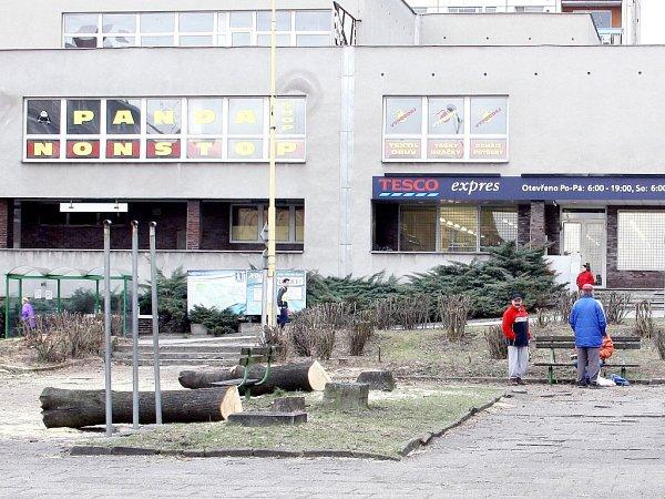 Na náměstí TGM vHavířově-Šumbarku se připravuje celková rekonstrukce. Začalo se kácením stromů a keřů.